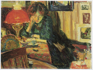 Lezende vrouw in interieur