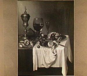 Pronkstillleven met bokaal, tazza, roemer, een pastei, citroen en schelpen