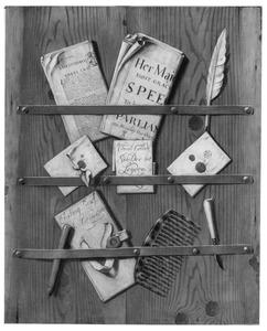Trompe l'-oeil met kranten, een kam, zegellak, een ganzenveer en een pennenmesje