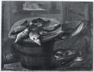Interieur met vissen op een vergiet