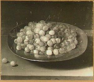 Tinnen bord met kersen