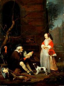 Oude verkoper van wild en gevogelte toont een haan aan een jonge vrouw