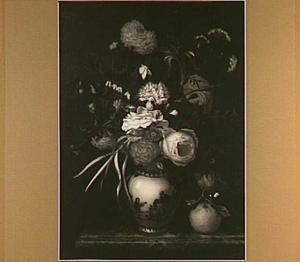 Bloemen in een porseleien vaas naast een sinaasappel op een marmeren plint
