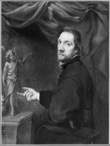 Portret van een beeldhouwer bij een sculptuur