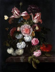 Bloemen in een glazen vaas op een marmeren tafelblad