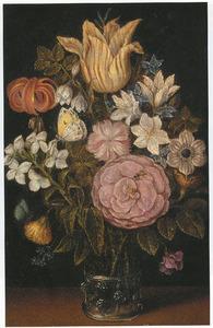 Bloemen in een glazen beker met braamnoppen