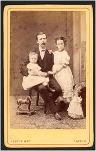 Portret van Johannes Carel den Bandt (1832-1914) en zijn kinderen