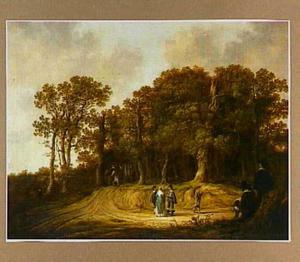 Weg bij een bosrand met een tekenaar, enkele wandelaars