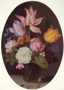 Bloemen in een vierkante glazen fles