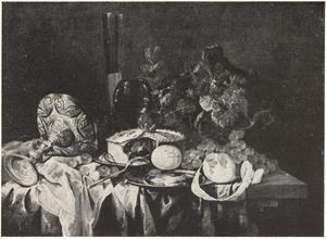 Stilleven met liggende zilveren tazza, schotels met gebak en garnalen, een roemer, vruchten en  wijnranken op een deels met een donkerrood kleed bedekte houten tafel