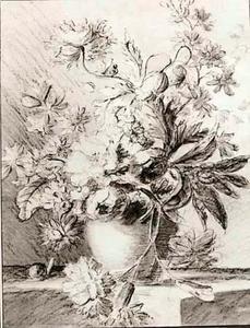 Een vaas met bloemen op een tafel, waarover een slak kruipt