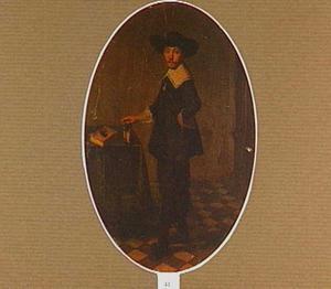 Portret van een man, staande naast een tafel met zijn hand op een boek