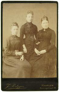 Portret van Carolina Frederika Maria Prins (1840-?), Jeanne Toe Water (1867-1962) en Carolina Toe Water (1870-?)