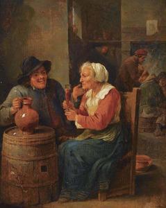 Herberinterieur met aan een tafel een boer en een oude vrouw die een glas heft; op de achtergrond rokende mannen