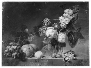 Stilleven met bloemen en vruchten