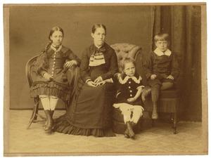 Portret van Adolphine Henriette Musschart (1840-1925) en haar kinderen