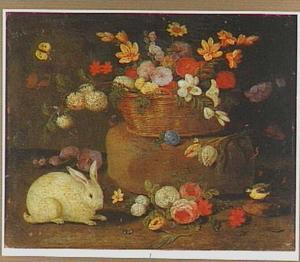 Een wit konijn bij een mand met bloemen op een steen