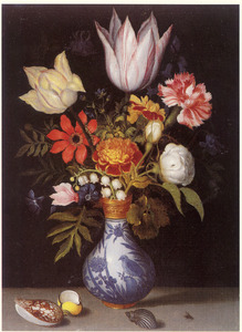 Bloemen in een Wan Li-vaas, met drie schelpen op een stenen plint