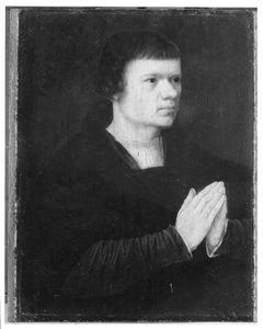 Portret van een jonge man met gevouwen handen