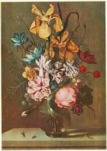 Bloemen in een glazen vaas, twee vliegen en een rups, op een stenen plint