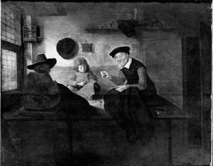 Kleermaker met twee assistenten in het atelier