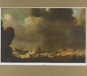Schepen in stormachtig weer voor een rotschtige kust