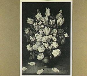 Bloemstilleven met tulpen en rozen in een stenen vaas