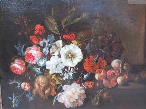 Stilleven van bloemen, perziken en pruimen op een stenen plint