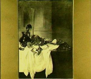 Stilleven met glas- en zilverwerk op een wit doek, op de achtergrond een nis