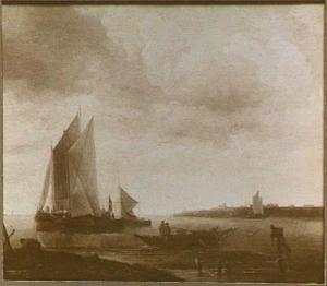 Schepen in windstil weer voor de kust; in de voorgrond vissers