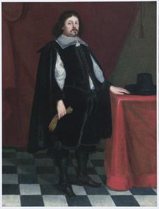 Portret van een man, ten voeten uit, in een zwart kostuum, bij een tafel