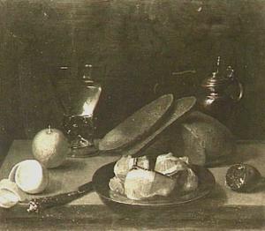 Stilleven met brood, vlees op een bord en roemer