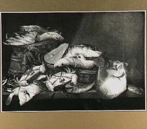 Visstilleven met zeevis op een tafel