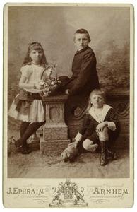 Portret van Burchard Theodoor Elias (1872-1939), Alexandrine Woltera Elias (1876-1963) en Gerhard Joan Elias (1879-1951)