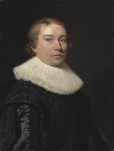 Portret van een jonge man in een zwarte jas met kanten kraag