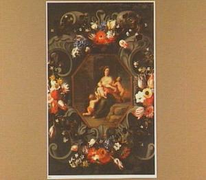 Bloemenkrans rond een Caritas-voorstelling