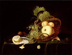 Stilleven met een mand vruchten, een citroen op een tinnen bord, walnoten en andere vruchten en een slak op een met een groen kleed bedekte tafel