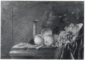 Stilleven van vruchten en glazen op een stenen tafel