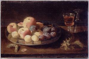 Stilleven met fruit op een tinnen bord met twee wijnglazen