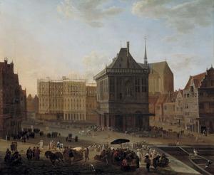 De Dam te Amsterdam met het nieuwe Stadhuis in aanbouw, gezien vanaf het westen