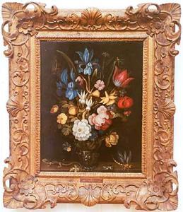Bloemen in een roemer met een hagedis, kikker en een sprinkhaan