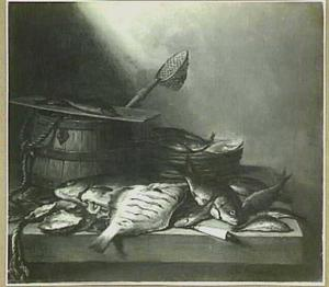 Visstilleven met houten emmer en schepnet