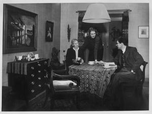 De familie Ouborg in het huis aan het Pomonaplein, Den Haag. Links aan de wand een schilderij van Jan Frank