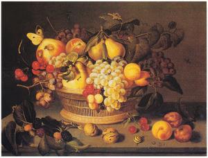 Vruchten in en rondom een mand op een stenen tafel