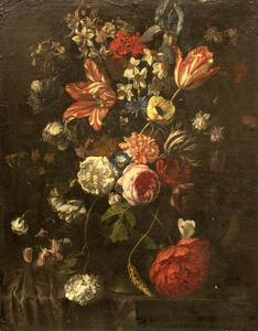 Bloemen in een vaas op een stenen tafel deels gedekt met een donker kleed