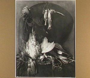 Stilleven met hangend gevogelte en jachtgerei