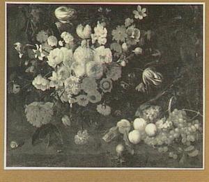 Bloemstilleven in een glazen vaas met rechts druiven en perziken