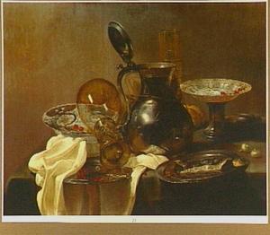 Stilleven met porseleinen serviesgoed, glaswerk en tin, met een haring