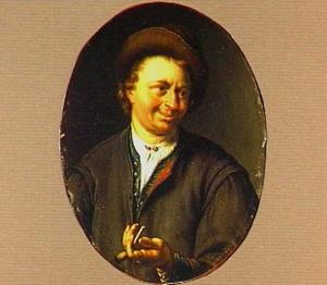 Borststuk van een lachende man met in zijn linkerhand een pijpje