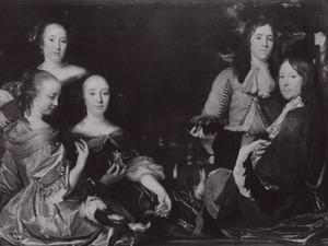 Familieportret van broers en zussen voor een landschap